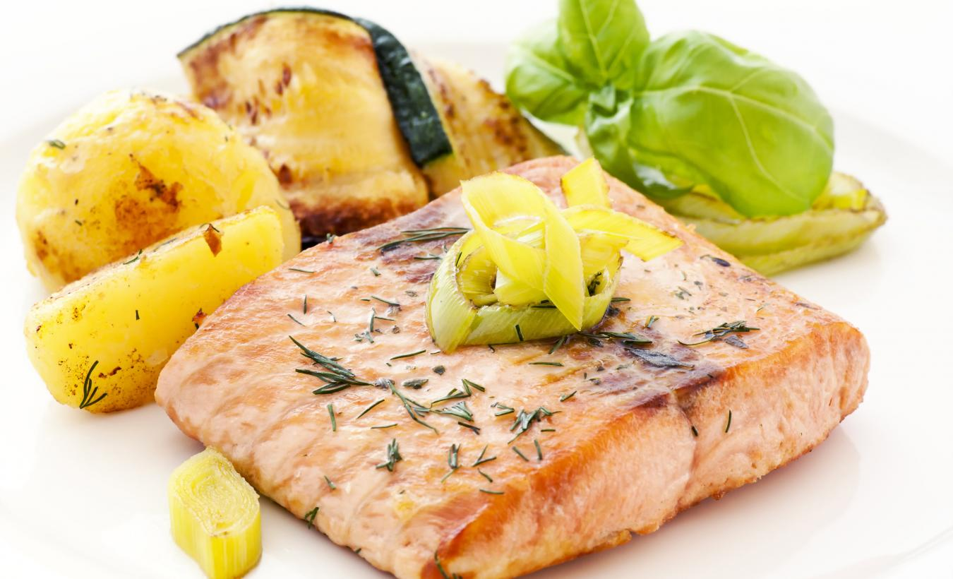 salmon fillet on leeks.jpg